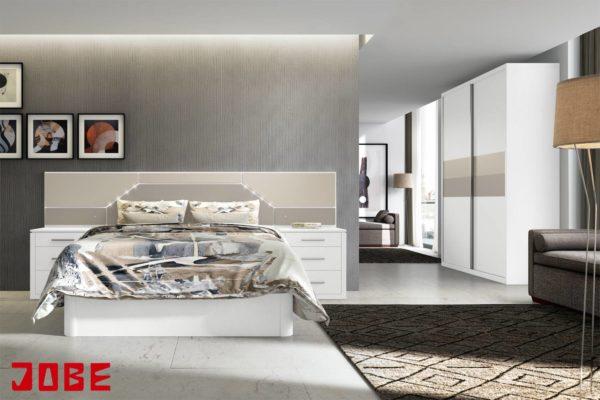 dormitorio blanco y tostados con plafones abstractos y armario puertas correderas muebles jobe calatayud brea de aragón